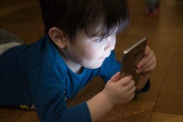6 tips om je kinderen meer van het scherm weg te houden